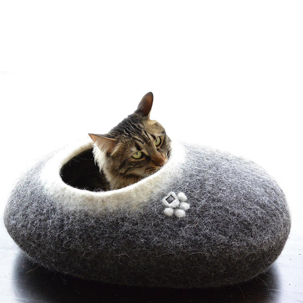 pebble felt cat bed black w. white interior