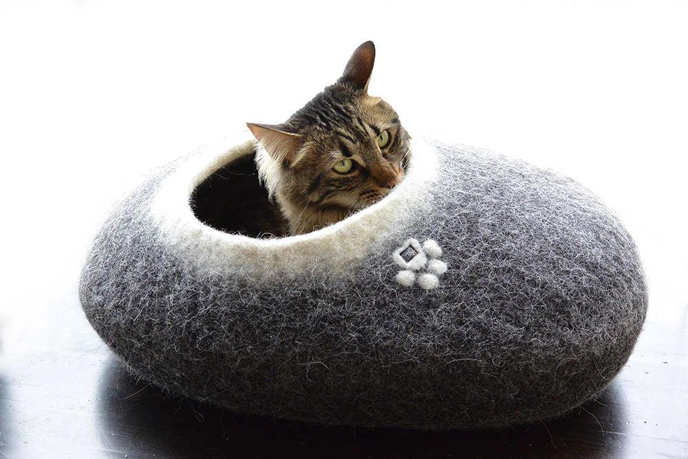 Cat Bed Pebble Top entrance Black white by Wooppers