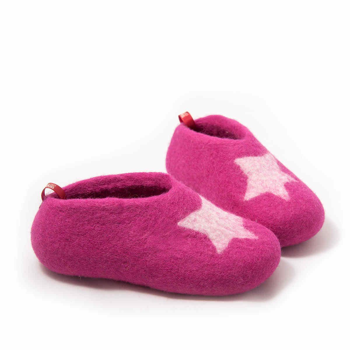 afeddc642dd Τσόχινα παντοφλάκια σε ροζ φούξια από τη συλλογή STAR της Wooppers