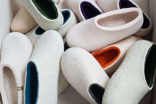 Συλλογή από λευκές παντόφλες ARIA της Wooppers